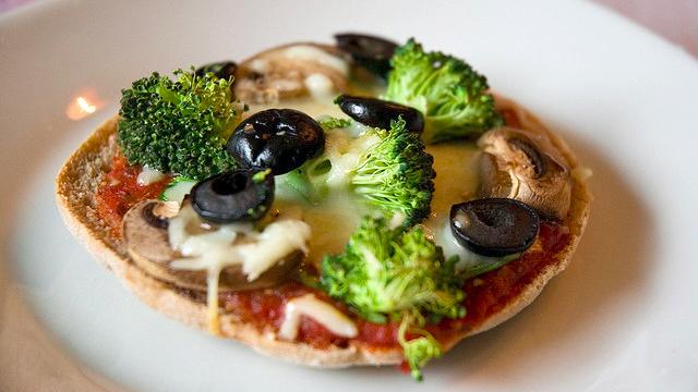 vegetarian-kids-healthy-mini-pizzas